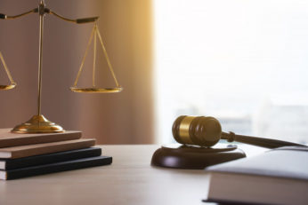 mazo-juez-concepto-juez-trabajo-abogado-abogados-justicia_36325-1208